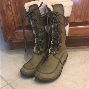 UGG  6 Olive sherpa lace up boots. EUC